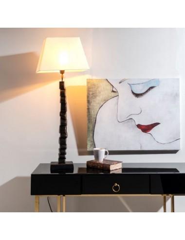 Lámpara de Sobremesa en Negro y Oro con Pantalla Blanca, foto Ambiente